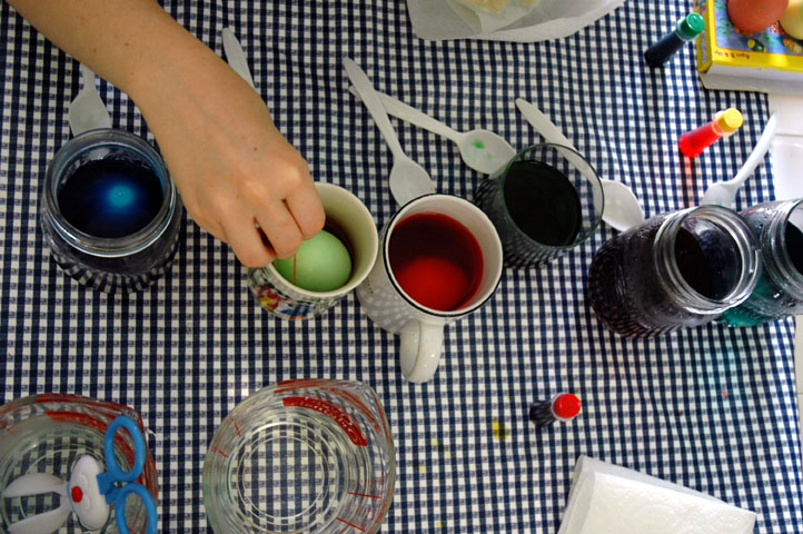 Dyeing_eggs